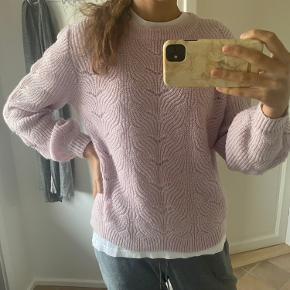Jeg sælger min Neo Noir sweater. Sweateren er kun brugt få gange, ingen skader.  Det er en str. S men passer også en M Er åben for alle bud!!!