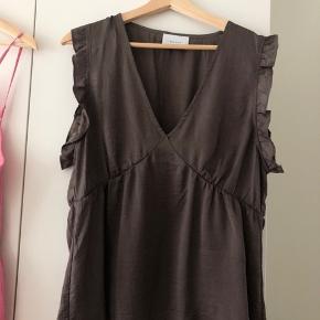 Super flot Neo Noir bluse/top, brugt 1-2 gange, da den desværre bliver for lille. Vil mene den passer omkring en str. L, men XL kan absolut også gå