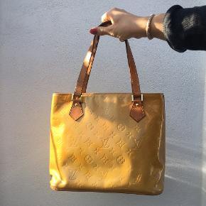 Louis Vuitton Yellow Piano i en flot skinnende farve.   Tasken har det slitage der er vist, inden i er standen som ny.  Billede 1: foran Billede 2, 3: er bag på  Mål: 30 x 25 x 14,5   Der følger ikke kvittering eller andet til den, men serienummeret viser tasken er ægte.