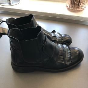 Sort fin støvler i sort lak med rågummisål, nypris 1399