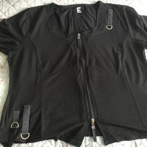 Skøn E bluse i bedste stil .. lynlås helt igennem samt med finesser til pynt.  94% viskose. 6% elastane .  Brystvidde : 2 x 60 længde: ca 62 .. byd