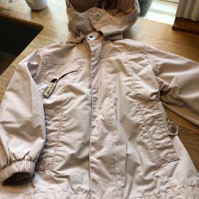 Varetype: Jakke Farve: Lyserød Oprindelig købspris: 849 kr.  Brugt pige jakke , fin til børnehave , den har et meget lille slidhul , da hun hang i et eller andet , derfor den pris