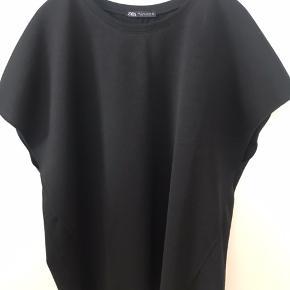 Lækkert enkelt sæt. Sort oversize bluse og buks med elastik i talje samt to stiklommer.