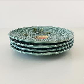 Fire fine frugttallerkener med stempel og signatur i bunden. Måler 17 cm i diameter.