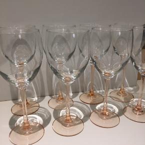 Jeg sælger 10 flotte høje vinglas med rosa stilk.  21 cm høje.  Sælges samlet til kr 400+ Eller enkeltvis til kr50+