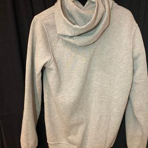 Nice og stilet Sniff hoodie!❇️  - Str S, sidder godt slim og godt✔️  - Stand: lidt brugt (Men i meget god stand/ ingen huller eller noget)👕  - Prisen er 75kr  (Fair pris for en fed hoodie!)🚨