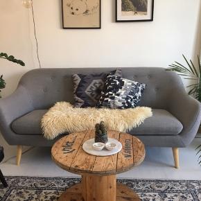 Sofaen er i fin stand. Der er få skygger på siden af sofaen og en let åben syning (løber ikke, har været sådan længe). Ellers står den pæn og velholdt. Sofaen er fra Idémøbler og Pris fra ny var 3999,-