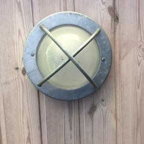 2 stk. Runde udendørs loftlamper. 21 cm i diameter og 14 cm i højden/dybden 100 kr pr. Stk = 200 kr i alt