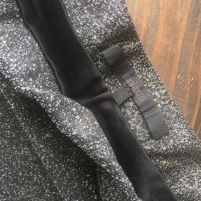Sort nederdel med glimmer fra Minimum