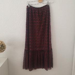 Fin rød blomstret nederdel fra Just Female str. M. Måler cirka 91 cm i længden og materiale er 100 % polyester 👗