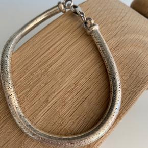 Ældre sølvarmbånd vejer 42 g  Er stemplet 925 og endnu et stempel som jeg ikke kan tyde.   BYD