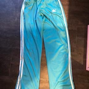 Super fede hiphop/00'er Adidas bukser i turkis. Kan hentes i Odense og ellers betaler køber fragt