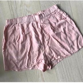 Rosa shorts fra Project Unknown. Str. S. Aldrig brugt, men vasket. Fejler intet. Nypris ca. 300,-