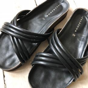 Lækre sandaler a la Birkenstock. Størrelsen er lidt til den store side.
