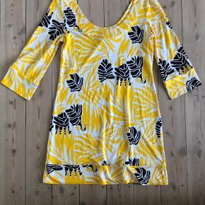 Minikjole fra Diane von Furstenberg i 100% silke  Str. S Brystmål 88 cm Længde 85 cm  Brugt få gange  Fra hjem uden røg eller kæledyr.  Sender gerne, køber betaler porto. Kan også afhentes på Frederiksberg.