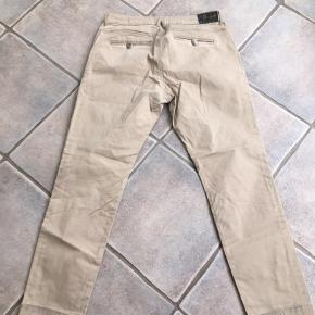 Lækre bukser fra PIESZAK str 31. Der er lidt mørke rander nederst på buksebenene (ses på sidste billede), ved ikke om det kan tages af med noget pletrens - derfor den lave pris. Fra dyre- og røgfrit hjem. Sendes på købers regning, betales med mobilepay