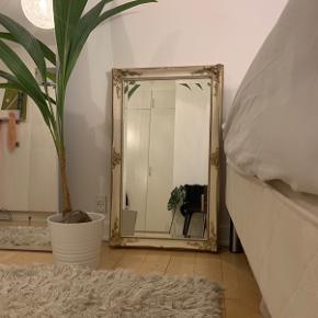 Sælger dette smukke antikke spejl, da jeg simpelthen ikke har plads til det. Da det er et arvestykke, kan jeg ikke sige hvad den har kostet for ny. Skriv endelig hvis du skulle have nogle spørgsmål :)