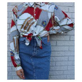 Vintage skjorte med flot motiv. Matcher alt i klædeskabet, og kan styles på mange forskellige måder. Skjorten er lavet af et tyndt behageligt stof. Klæder cowboy rigtig godt. Fits: 32-38. Skriv en privat besked for mere info. 🌺