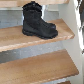 Fine støvler brugt et par gange fejler ikke noget..  Kom med et  bud..  Handler gerne MobilePay også 😊