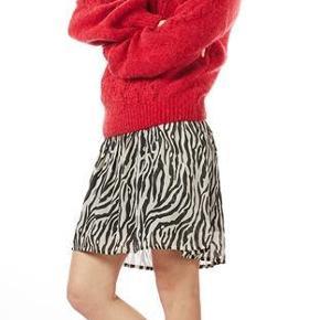 Varetype: Bella Knit Farve: Rød Oprindelig købspris: 599 kr. Prisen angivet er inklusiv forsendelse.  Den kan eventuelt afhentes i København (Studiestræde) eller i Køge.  Jeg bytter ikke.