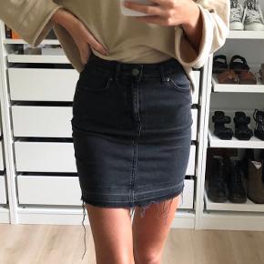 Sort/grå nederdel fra pieces  Størrelse XS