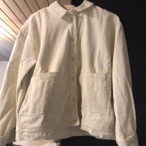 Sælger denne fløjls cardigan/jakke fra Samsøe & Samsøe, da jeg ikke får den brugt. Jakken har ingen brugstegn, men har brugt den et par gange dengang jeg købte den.