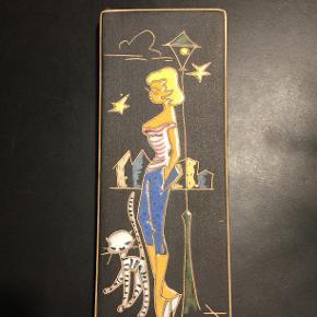"""Keramikplatte, Ruscha Keramik, 1950 Hans Welling, Tyskland, 1950'erne. Vægplatte med motiv fra Wellings Paris serie. Håndmalet. Klare farver på mat bund. Ruscha Keramik vintage platte """"Paris"""" til ophæng. Skøn, retro platte fra 1950´erne. Hel og i orden, måler 20 x 8 cm."""