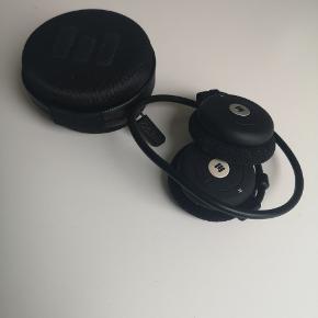 Miiego AL3+ freedom trådløse høretelefoner. Sidder godt fast på øret og holder strøm godt. Er knækket i den ene side men det er uden betydning for funktionen.