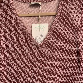 Kjole fra baum und pferdgarten med deres initialer.. foer til lidt over knæ.. nypris i butik nu 999 kr. Bytter ikke...