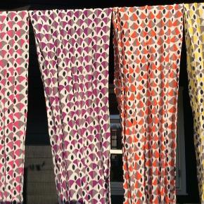 100 % silketørklæder. Kun brugt til udstilling. Sendes for kr 35,-  Nr tre fra venstre er solgt!