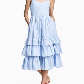 Sød sommer kjole i 100% bomuld med lag af flæser. Går ca. til midt på læggen. Lommer i siderne og lynlås i overdelen i siden.   #Secondchancesummer