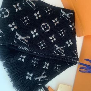 Ingen skader, dog er Louis Vuitton mærket nede i bunden faldet af. Men kan godt sættes på igen inden afhentning/sending🙂 Det er 100% ægte og købt på strøget i kbh d. 7 April 2018☺️ Tørklædet er Sort med sølv logoer på og på den anden side er det sølv med sorte logoer på.  Sælges da jeg ikke får det brugt mere og gerne vil købe et nyt tørklæde fra Lv Du er velkommen til at byde da prisen IKKE er fast