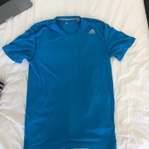 Lækker t-shirt fra Adidas. Hvis den fanger interessere, så skriv endelig.