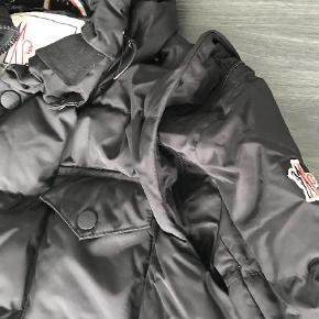Varetype: Skijakke Farve: Sort Oprindelig købspris: 450euro   Ski jakke fra Moncler str 5 . Ærmerne kan lynes af så det blir til en vest og der er en tynd hætte i kraven. Den kan prøves På Frederiksberg  Bytter ikke. Kvittering haves