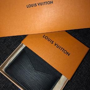 Sælger denne fine kortholder fra Louis Vuitton (neo pte car.epi noir)  Helt ny og aldrig brugt, sælges med kassen og og kvitteringen. Kun seriøse henvendelser, den er selv købt for 1800kr. Sælges ikke med posen BYD kun hvis du har en realistisk bud