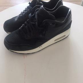 Disse Nike sneakers med sort lak er fantastiske. De er strid 38 og de er næsten aldrig blevet brugt. Kun enkelt gange. Kom led et bud :)