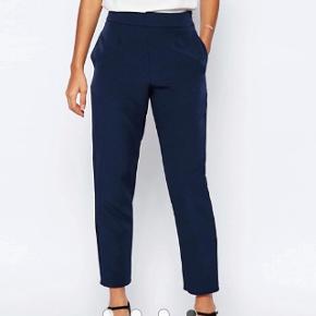 Jeg elsker disse navy bukser købt i 2016, men kan desværre ikke passe dem mere, hvorfor de sælges.ASOS High Waist Tailored Trouser Co-ord - Navy / UK 8 Product Code: 4322250