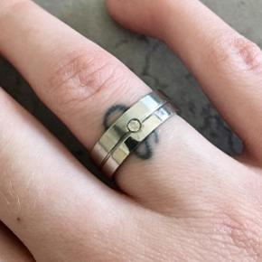Sølv farvet ring. Ikke ægte sølv.  Men bliver hverken grim i farven, eller smitter af