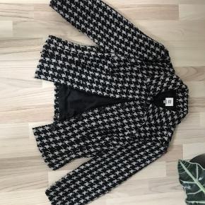 Fin jakke/ blazer fra Noa Noa Materiale: polyester, uld, akryl Jakken har været brugt en del og pris er sat derefter Køber betaler fragt