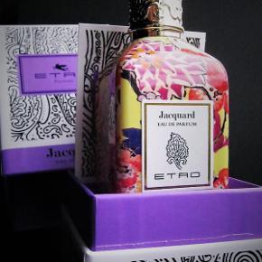 """""""Jacquard"""" fra ETRO, en smuk iris duft med musk og sandeltræ.🐦❤️💠 Duften er med et meget højt indhold af naturlige olier, og det kan man dufte. En kvalitets duft for den kræsne næse. 100ml/99ml fuld i original boks og perfekt stand.  Top notes are bergamot, angelica, black pepper and elemi; middle notes are iris, jasmine and ylang-ylang; base notes are vetiver, sandalwood, violet and musk"""