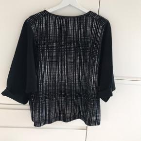 Sort/hvd mønstret bluse / sweatshirt fra By Malene Birger. Modellen hedder Edanna. Oprindelig købspris 1299,-