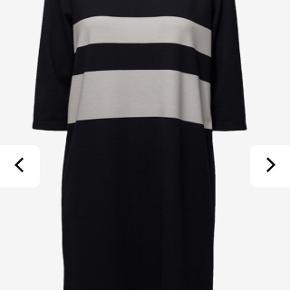 Brystvidden: 106cm  Dejlig kjole i Jersey i mørke blå med hvide striber🌸  Striberne fortsætter på ryggen også, og kjolen har 3/4 ærmer🌸  Kjolen har ikke været brugt og har derfor stadig mærke på🌸  79% polyester 18% viskose 3% elastan