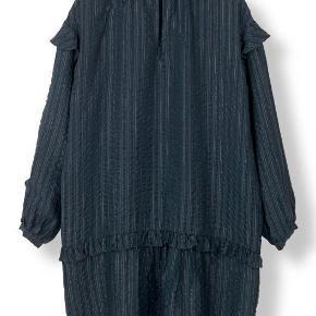Varetype: kjole Farve: Mørkeblå Oprindelig købspris: 1899 kr.  Rigtig fin Stella Nova kjole i 97% silke, 3% lurex. Let draperet og feminin pasform. Kan bruges som kjole eller over stramme jeans eller skindleggings. Fremstår helt ny - brugt én gang.