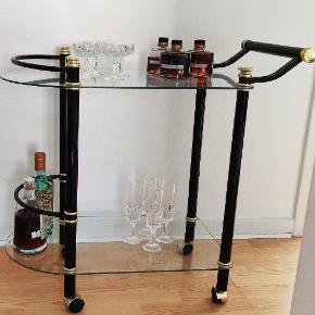 Fedt barbord med glasplader messing håndtag og hjul. Ingen skader Længde ca 80 cm Højde ca 72 cm Dybde ca 40 cm
