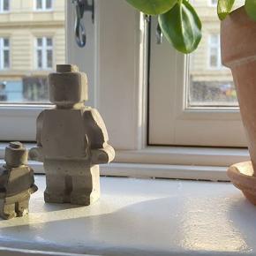 Jeg sælger et sæt (lille + stor) til 150 kr. (normal pris 200 kr)  Legomand i beton i 2 str;  10 cm: 125 kr 2 cm: 75 kr