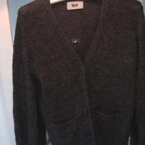 Sælger min mørkegrå uldcardigan fra Bzr / Bruuns Bazaar Str S Fra deres allersidste kollektion lige før de gik konkurs Brugt meget få gange og er i super god stand!  Mødes og handler eller sendes for ca 40kr via DAO