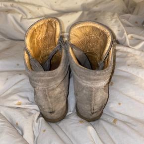 • Grå kilehæle sneakers fra Billi Bi   • De har tydelige brugstegn, har dog ikke forsøgt mig med rens osv. (kunne sikkert gøre en stor forskel!)  • Køber betaler fragt✨