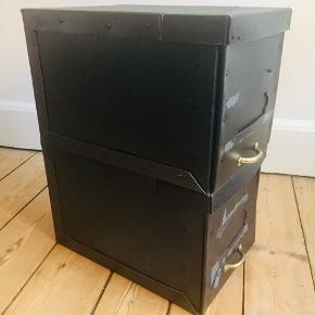 2 styks fine antikke arkiv bokse. Perfekte til opbevaring, da de er meget rummelige og dekorative, med et  lille messing håndtag på begge. Prisen er for begge 2😊  Mål for en kasse: Længde 40, højde 26 brede 26 cm