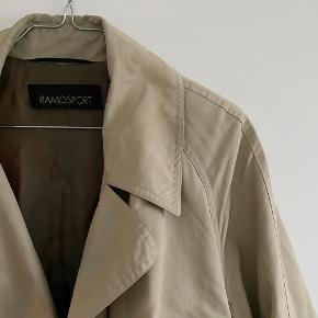 RAMOSPORT trenchcoat den har desværre en revne inde i jakken og nede i enden, intet der har noget betydningen for brugen   Størrelse 40   Pris: 350 kr   Fragt: 39 kr ( 37 kr ved TS handel )