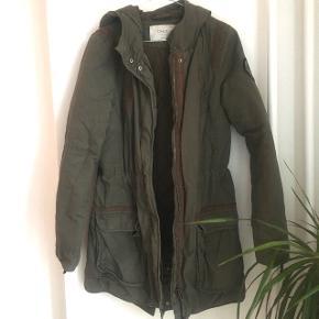 Dejlig varm jakke fra ONLY i 100% bomuld.  På billederne fremstår den lidt krøllet, men det kan hurtig klares ved en omgang strygning 😊